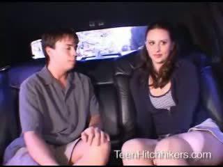 Násťročné hitchhiker enjoying trojka sex