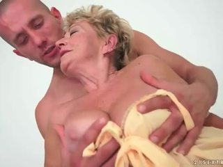 Grannyen enjoys het kön med ung människa