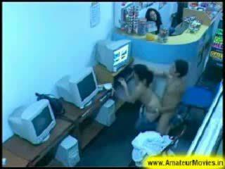 Asiatiskapojke tonårs par körd i an internet butik video-