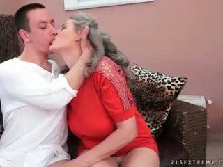 Jongen loves heet rondborstig oma
