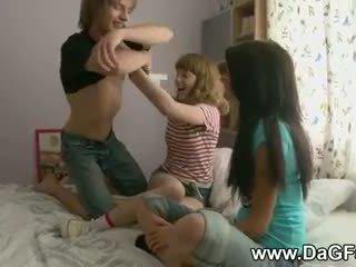 Harcore थ्रीसम साथ schoolgirls