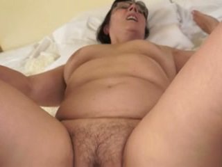Chaud grand-mère loves jeune cocks