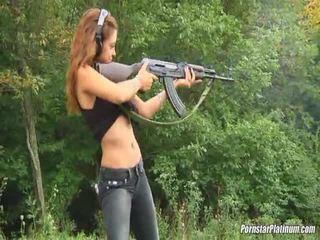 Shooting guns afër nga disa avid fool