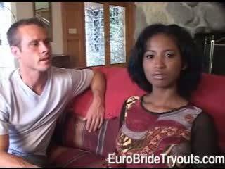Innocent afro bruid in trio does pijpen voor two geil guys
