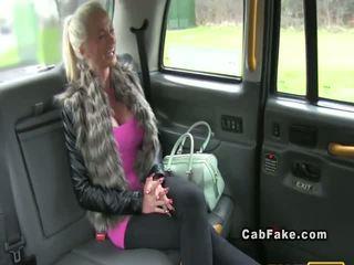 Με πλούσιο στήθος φιλανδικό ξανθός/ιά bangs σε taxi πρωκτικό πραγματικότητα
