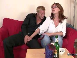 Drunken femme est picked jusqu'à et baisée