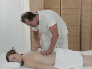 Blek redhead knullet av masseur på en bord