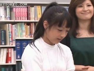 Brunett asiatiskapojke flicka seducing henne coed i den bibliotek