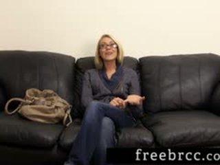 Bello bionda humiliated durante retrobottega audizione