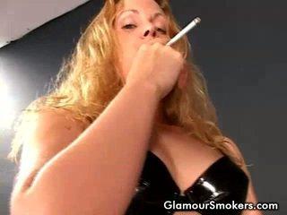 Blondīne medus smēķētāji laba un rubbing viņai bumbuļi