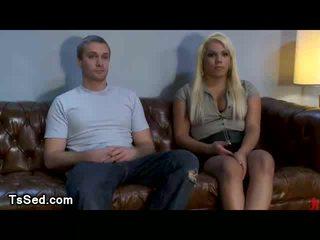 Blondīne shemale veikts guy līdz zīst viņai loceklis