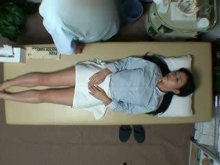 Spycam reluctant vrouw seduced door masseur