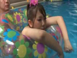 Japense pobehlica gets fucked na the plávanie bazén podľa the nadržané guy
