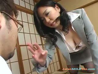 Busty asijské máma jsem rád šoustat gets ji velký kozičky a kočička licked