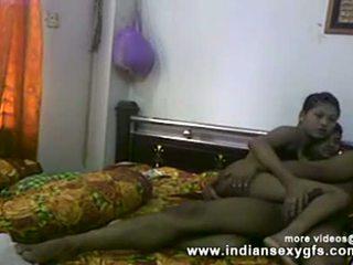 Desi sister bror fittor fingrar och avsugning före knull vid hemgjort kön video-