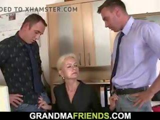 Matainas vecmāmiņa spreads kājas par two men, porno b4