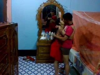 Honeymoon indisch pair in hun slaapkamer