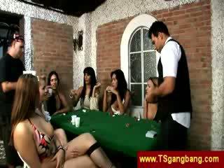 Πόκερ παιχνίδι trannies επιτυχία επί ένα guy