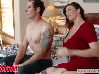 দুধাল মহিলা মিলফ sara jay seduces, sucks এবং fucks তার son's bud -naughty america
