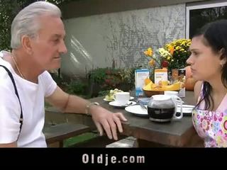 Oldje: nonno david pounds un caldi giovanissima in suo yard