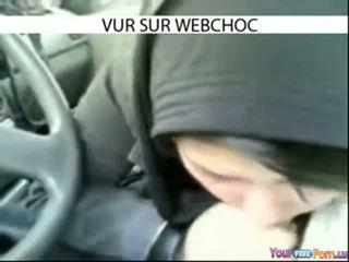 Arab hijab момиче смучене чеп в кола в кола