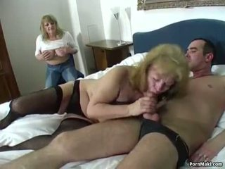 May mắn guy fucks two tuyệt vời grannies