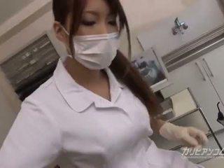 Bystiga doktorn baben fan med henne tur patienten