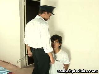 Тендітна tw-nk tastes в'язниця guard's великий товста пеніс