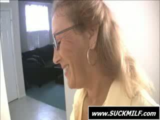 Māte uz brilles gives minēts par the divāns