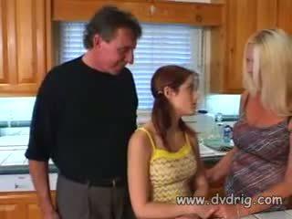 Naughtly 少し 淫乱な女 kristina ブラック catches pervert 叔父 peeking スルー ドア と lets 彼に ファック 彼女の タイト 女 とともに 彼の thick boner