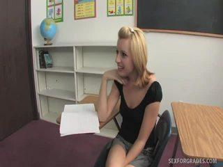 Lascivious blondīne studente seduces pieauguša vīrietis