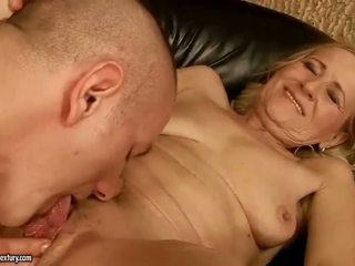 Sensuous grandmother dicklicking ו - עשייה אהבה youthful snake