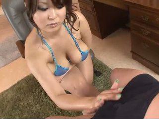 Barmfager asiatisk i blue bikini blows en kuk
