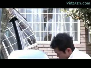 Rijpere vrouw zuigen lul terwijl haar echtgenoot washing auto outs