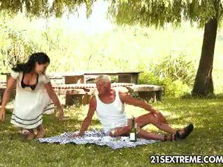 Nastolatka cutie s kuszące picnic z a dziadek