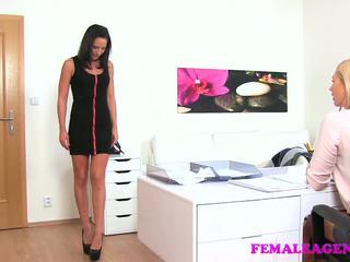 Femaleagent slaidas beauty gets viņai pirmais lesbiete.