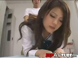 Japans schoolmeisje en hun janitor