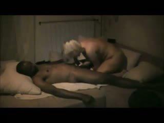 Blondine vrouw zelfgemaakt interraciaal