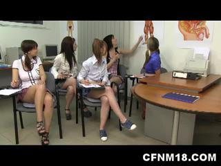 Cfnm Καυτά κορίτσι του σχολείου όργιο με δάσκαλος