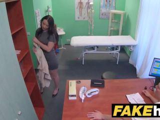 Fake 醫院 frisky shaven 的陰戶 俄 孩兒 loves docs 公雞