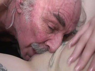 Porner premium: amatieri sekss filma ar a vecs vīrietis un a jauns palaistuve.