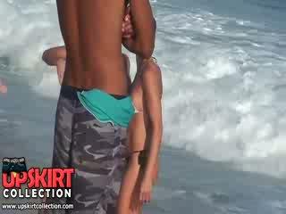 Die warm meer waves are gently petting die bodies von süß babes im heiß sexy swimsuits