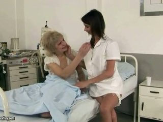 Pievilcīgas medmāsa loves vecmāmiņa