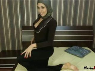 Arab hijab 女孩 needs 公鸡