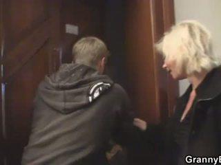 Блондинки стар жени rides негов stiff rod