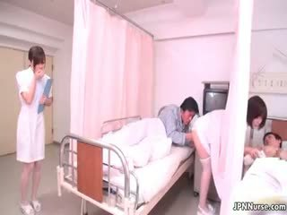Pequeña japonesa enfermera giving un mamada part4