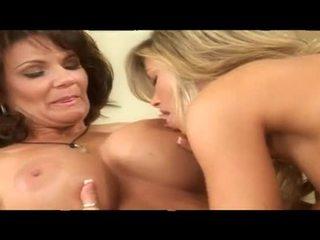 Two fumand fierbinte matura lesbian prunci împreună în pat