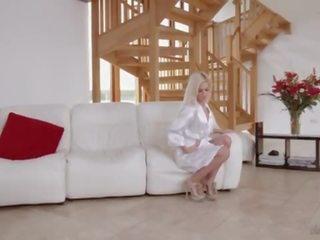 Verbazingwekkend blondine escorte pleases haar klant voor valentines dag