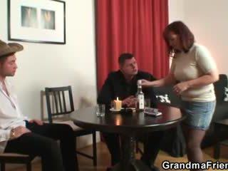Poker spelen oma swallowing two groot cocks