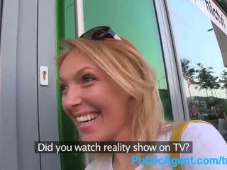 Publicagent ela gets spit-roasted outdoors para obter realidade tv trabalho